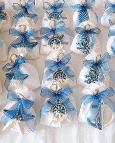 Bomboniere sacchettini con pendenti blu Ad Emozioni, personalizzabili sia nel gusto di confetti che colore del nastro, se vuoi conoscere il prezzo visita il link mentre se desideri un preventivo chiamaci ☎ 0942 56574 - 3312092131 whatsapp Spediamo in tutta Italia ed Europa