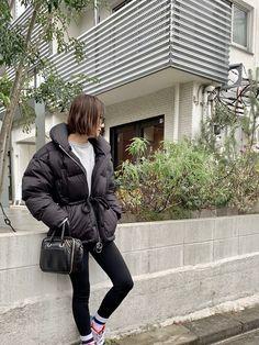 黒のダウン。新鮮に着るにはシルエットチェンジが有効! | 人気スタイリストのリレー連載 今週の、これいいね! | mi-mollet(ミモレ) | 明日の私は、もっと楽しい Athleisure, Winter Jackets, Bags, Style, Shoes, Fashion, Winter Coats, Handbags, Swag