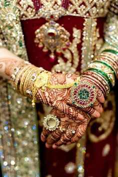 We think therefore we get headaches. Royal Indian Wedding, Sikh Wedding, Punjabi Wedding, Indian Weddings, Indian Accessories, Bridal Accessories, Bridal Jewelry, Desi Wedding Dresses, Indian Bridal Fashion