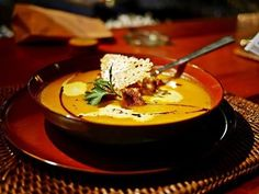 Mehr Spätsommer zur Einstimmung auf die kommenden herbstlichen Tage passt nicht in einen Teller 💜💤 Unsere cremige Hokkaido-Kürbis-Suppe mit Kräutercroutons und Parmesantaler 😋  Wünschen Euch ein wunderschönes Wochenende 😍 Grüße aus dem Zauberflöte Restaurant Offenburg