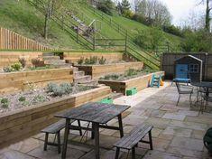 aménagement-jardin-sur-pente-raide-terrasses-revêtues-bois