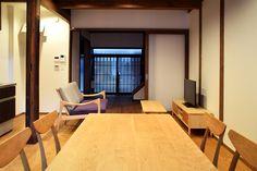【京都市 株式会社 八清(ハチセ)様】 京町家をはじめとした中古住宅の再生販売を手がけられている「株式会社 八清(ハチセ)」様のオープンハウスへ、家具を納品させていただきました。  #無垢テーブル #無垢家具 #無垢ダイニングチェア #京都 #日本製  #table #furniture #japan #kyoto #北欧インテリア #おしゃれなインテリア #おしゃれな椅子 #おしゃれな家具 #つくりのいいもの #ダイニングセット #無垢のダイニングセット #ダイニングテーブル #職人 #八清 #オープンハウス家具 Conference Room, Table, Furniture, Home Decor, Meeting Rooms, Interior Design, Home Interior Design, Desk, Tabletop