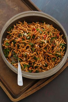 It is Indo Chinese. It is Chinese ingredients given a strange but lip smacking Indian twist. Chinese Bhel is Crispy Noodles with vegetables, tossed with sauce. South Indian Vegetarian Recipes, Indo Chinese Recipes, Indian Food Recipes, Asian Recipes, Chinese Bhel, Chinese Food, Chinese Salad, Veg Recipes, Cooking Recipes