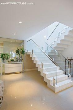 A escada de acesso à ala íntima dá continuidade visual ao piso em porcelanato da Portobello Shop