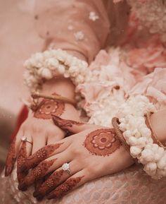 Palm Henna Designs, Pretty Henna Designs, Modern Mehndi Designs, Dulhan Mehndi Designs, Mehndi Designs For Hands, Bridal Mehndi Designs, Mehandi Designs, Mehendi, Modern Henna