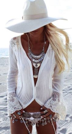 """Belle Bohemian - Warmer weather and festival time-- means """"BOHO-GLAM"""" coming to the for. It's all about easy, beachy, hippy-style chic… love it. Hippie Style, Gypsy Style, Bohemian Style, Boho Chic, White Bohemian, Bohemian Beach, Vintage Bohemian, Boho Mode, Mode Hippie"""