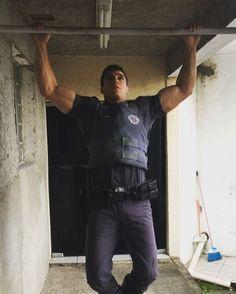 """""""Por mais que na batalha se vença a um ou mais inimigos, a vitória sobre a si mesmo é a maior de todas as vitórias..."""" 🙏🏻💪🏼 ... Nada mal para quem acordou às 3:30h, acabou de trabalhar 12hrs e está com 8kg de equipamento sob o corpo (bota, colete, cinturão e arma). 💀👊🏼 #policiamilitar #pmesp #police #pm #forçaehonra #policialmilitar #cop #orgulhoempertencer #caveira #skull #operacionais #rotaadm #mensphysique #bodybuilding #thanksgod"""