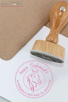 Stempel Pferd mit Adresse für Kinder Address stamp with horse motif for little girls! A nice gift for enrollment – so no more books are lost! Gifts For Kids, Great Gifts, Address Stamp, Business Gifts, Business School, Made Goods, Best Dad, First Day School, You Are The Father