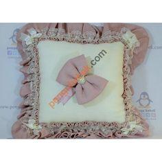 İncili Fiyonk Takı Yastığı ile misafirleriniz hediyelerini, çok sevimli bir takı yastığına takabilirler. Pengu Bebek