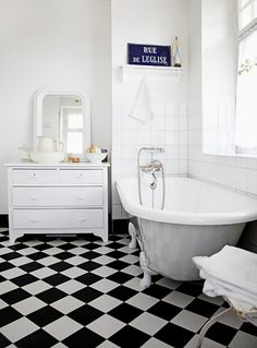 Black and white bathrooms | Checkers floor and clawfoot bathtub via Boligpluss.