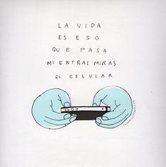 La vida es eso que pasa mientras miras el celular. Más en http://www.lasfotosmasgraciosas.com/carteles.html