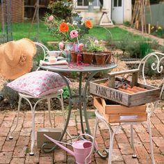 Vintage garden: 7 DIY vintage garden projects for the Bank Holiday Rustic Garden Decor, Vintage Garden Decor, Vintage Gardening, Cottage Garden Design, Small Garden Design, Small Garden Table, Metal Garden Table, Garden Spaces, Small Courtyard Gardens