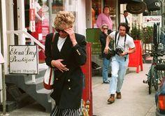 Odkąd została księżną paparazzi nie opuszczali jej nawet na krok./....Diana is evading the reporter who seems intent on giving chase.