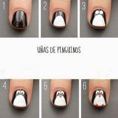 Hoy te enseñamos como decorar uñas con un diseño muy original ¡Uñas de Pinguinos! Sigue viendo Uñas de Pinguinos: 1) Pintarse toda la uña de color negro. 2) Con un esmalte blanco le haces la panza,...