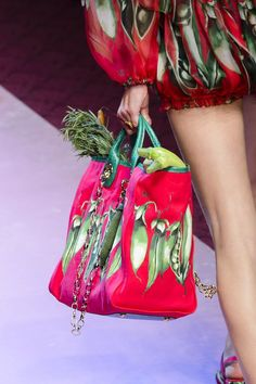 Dolce & Gabbana at Milan Fashion Week Spring 2018 - Details Runway Photos Dolce & Gabbana, My Bags, Purses And Bags, Classic Handbags, Milan Fashion Weeks, Summer Bags, Tote Handbags, Fashion Bags, Bucket Bag