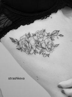 delikatny tatuaż kwiatów piwonii czarny  na żebrach Tatoo
