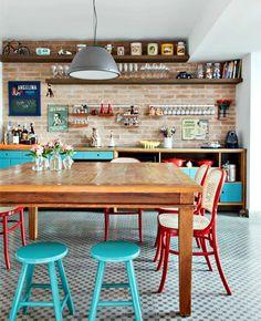 Estilo na cozinha: ladrilho hidráulico no piso, armários coloridos e prateleiras superiroews