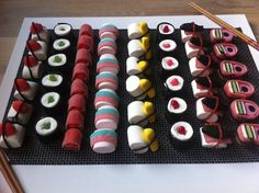 Snoep sushi Tip: Op de dag zelf maken, een dag later valt het uit elkaar omdat de snoepveters breken. Dessert Sushi, Sushi Cake, Snacks Für Party, Party Treats, Sushi Take Out, Candy Sushi, Japanese Party, Sushi Recipes, Birthday Treats