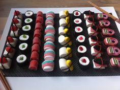 Snoep sushi Tip: Op de dag zelf maken, een dag later valt het uit elkaar omdat de snoepveters breken.