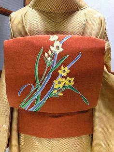 水仙の花が楚々と染め出された名古屋帯です。