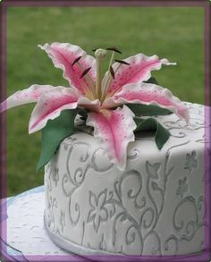 cake with fondant lily