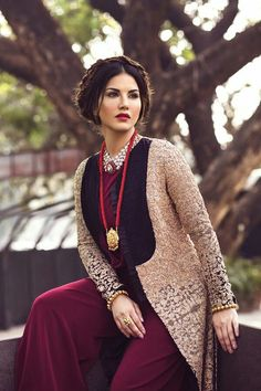 "Bollywood hot actress Sunny Leone is doing a special item song in the SRK film ""Raees"". Female Actresses, Hot Actresses, Indian Actresses, Pakistani Actress Mahira Khan, Bollywood Actress, Selena Gomez Pictures, Indian Bollywood, Bollywood Girls, Bollywood Fashion"