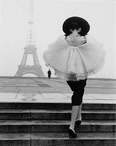 Vintage Vogue - Audrey et la tour eiffel #AudreyHepburn