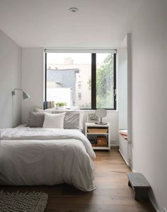 Location: New York - Little House Big City. The owners of this row house in Brooklyn were faced with a conundrum that many young families in New York eventually confront: the possibility… Room Ideas Bedroom, Small Room Bedroom, Small Rooms, Home Bedroom, Modern Bedroom, Bedroom Decor, Small Bedroom Designs, Master Bedroom, Narrow Bedroom Ideas