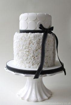 black wedding cake | Gorgeous Black And White Wedding Cakes | Weddingomania