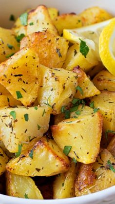 Easy Lemon Herb Roasted Potatoes ~ really flavorful and a cinch to make! Easy Lemon Herb Roasted Potatoes - Lil' Luna ana maria muresanamaria mancarici bune de tot Easy Lemon Herb Roasted Potatoes ~ really flavorful and a cinch to make! Low Salt Recipes, Low Sodium Recipes, Side Dish Recipes, Cooking Recipes, Low Sodium Meals, Lemon Recipes Dinner, Cooking Tips, Low Sodium Diet, Vegetable Dishes