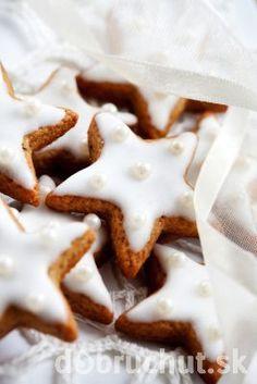 Škoricové hviezdičky s polevou Sweet Cookies, Waffles, Goodies, Baking, Breakfast, Food, Christmas Ideas, Anna, Basket