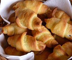 Une recette facile à faire de mini croissants avec de la pâte feuilletée et du foie gras en bloc, à servir à l'apéro de Noël
