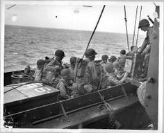 First wave goes over the side. It is H hour. Minutes later, coast guard landing barges swarmed upon the beaches of Normandy to write with bullets a new Chapter in history = [Embarquement d'une unité d'assaut à bord d'une barge].