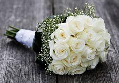 A legegyszerűbb a klasszikus fehér vagy krémszínű, rózsából összeállított, szalaggal átkötött, dundi csokor.