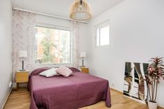 Aistikas viininpunainen ja hempeä roosa luovat makuuhuoneeseen ihanaa tunnelmaa. Bed, Furniture, Home Decor, Decoration Home, Stream Bed, Room Decor, Home Furnishings, Beds, Home Interior Design