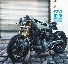 For you lovers of motorcycle modification certainly familiar with the term cafe racer. Yes, Cafer racer can be regarded as among the streams / style modification motor in the first place until now still loved. Virago Cafe Racer, Yamaha Cafe Racer, Cb 750 Cafe Racer, Yamaha Virago, Moto Cafe, Cafe Bike, Custom Cafe Racer, Cafe Racer Build, Cafe Racer Style