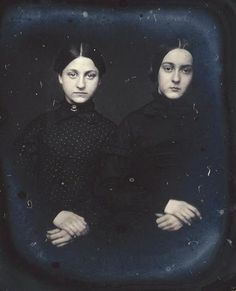 Portrait - Photo - Two young girls with their hands crossed
