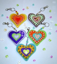 https://flic.kr/p/7xkw2p | Chaveiros Coração | Chaveiro em feltro bordado e com acrílico.