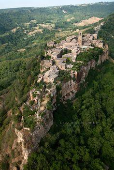 Civita di Bagnoregio, Tuscany, Italy | Civita di Bagnoregio, la rupe su cui si erge il borgo. Fotografia ...