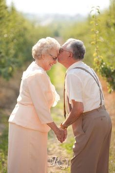 Absolutely love this photo of these sweet old couple in love!
