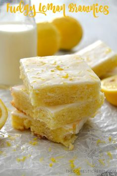 Fudgy Lemon Brownies – The Domestic Rebel.These Fudgy Glazed Lemon Brownies are such an easy recipe! Moist, chewy, fudgy and bursting with fresh lemon flavor, you'll love this fun tw. Köstliche Desserts, Delicious Desserts, Dessert Recipes, Dessert Ideas, Pasta Recipes, Healthy Lemon Desserts, Brownie Recipes, Cookie Recipes, Poblano