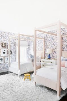 42 Fascinating Shared Kids Room Design Ideas - Planning a kid's bedroom design can be a lot of fun. It can also be a daunting task as you tackle the issue of storage and making things easy to clean. Childrens Bedroom Wallpaper, Modern Kids Bedroom, Kids Bedroom Designs, Kids Room Design, Modern Girls Rooms, Bedroom Ideas, Girls Bedroom, Childs Bedroom, Kid Bedrooms