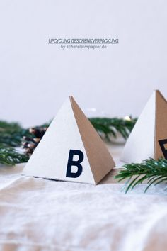 Upcycling mit Altpapier: Geschenkverpackung aus alter Pappe selber machen | Verpackungsidee für Weihnachten Alter, Upcycle, Place Cards, Place Card Holders, Diys, Bricolage, Gift Wrapping, Old Paper, Upcycling