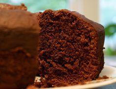 Bolo de chocolate com cobertura: Molhadinho e fofinho!