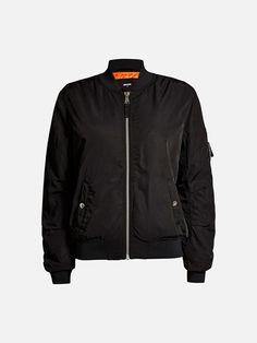 Vattert bomber-jakke med ribbestrikket krage, mansjetter og nederkant. To lommer foran med knapp.  Sort