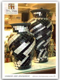 Mosaic black and mirror tiled Vase. Vasos que marcam a decoração Mosaic Planters, Mosaic Vase, Mosaic Tile Art, Mosaic Flower Pots, Mosaic Artwork, Ceramic Flower Pots, Pebble Mosaic, Mirror Mosaic, Mosaic Crafts