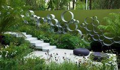 Plantation luxuriante et des circles déco de tuyaux coupés