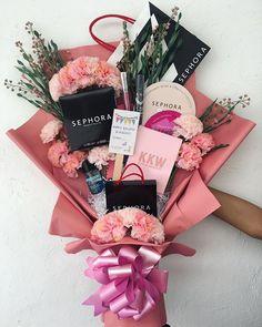 Makeup Bouquet Gift, Candy Bouquet Diy, Flower Bouquet Diy, Gift Bouquet, 18th Birthday Gifts For Girls, Creative Birthday Gifts, Birthday Gifts For Best Friend, Creative Gifts, Girl Gift Baskets