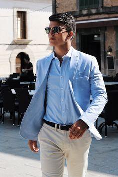 Ein klassischer Look im Sommer kann einem schwer fallen, dunklen Farben passen nicht zum Wetter und Stimmung. Der light blue blazer muss her.