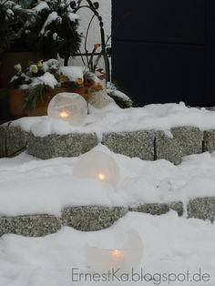 Schnee im Garten- Eislaternen, Baumanhänger und Schneeball- Lichter--Ice lanterns in the garden